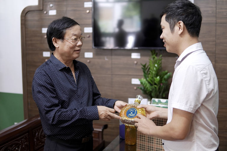 Nghệ sĩ Phú Thăng lựa chọn rượu đông trùng hạ thảo Bách Vương Khang của Vietfarm