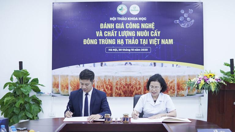 Giám đốc Vietfarm ký kết với Viện nghiên cứu và phát triển Y dược cổ truyền dân tộc