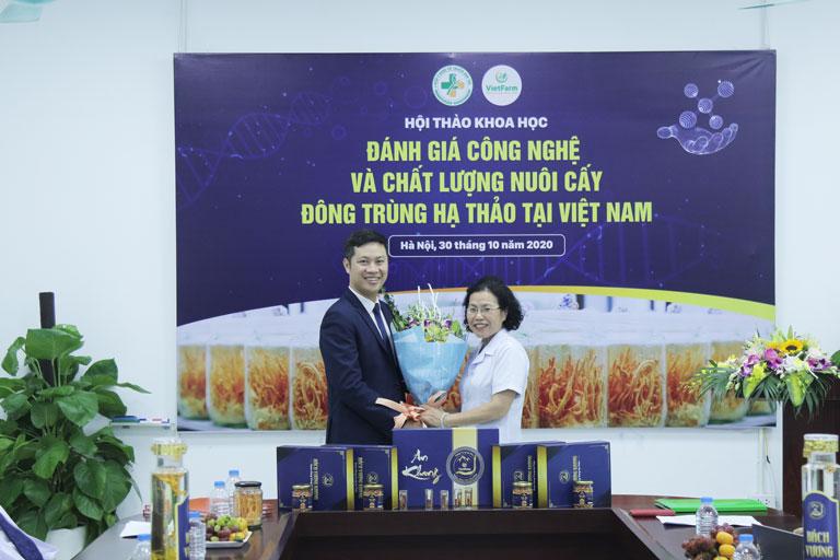 Đại diện Vietfarm ký kết với Viện trưởng Viện nghiên cứu và phát triển Y dược cổ truyền dân tôc