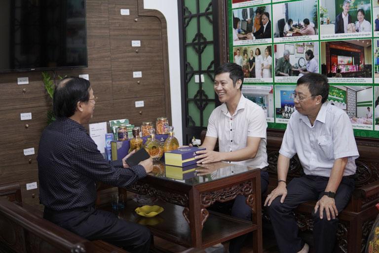 Nghệ sĩ Phú Thăng chăm chú lắng nghe về công dụng của đông trùng hạ thảo do BS Lê Hữu Tuấn và Giám đốc Vietfarm chia sẻ