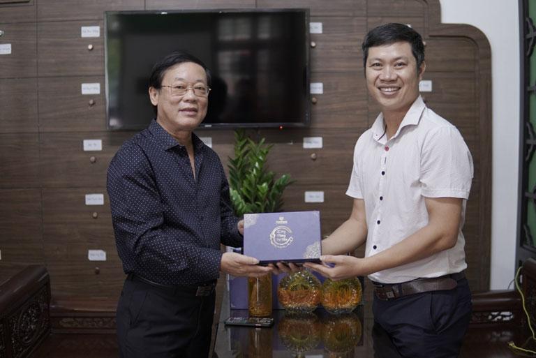 Nghệ sĩ Phú Thăng đã lựa chọn đông trùng hạ thảo ký chủ nhộng tằm Vietfarm có hàm lượng Cordycepin tương đương với ĐTHT Tây Tạng