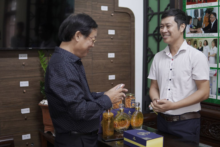 Nghệ sĩ Phú Thăng đặc biệt quan tâm đến sản phẩm đông trùng hạ thảo nguyên con ký chủ nhộng tằm của Vietfarm