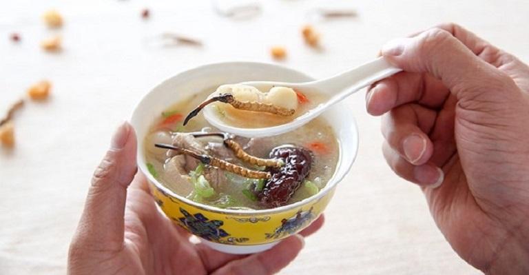 Đông trùng hạ thảo khô được sử dụng trong các món hầm